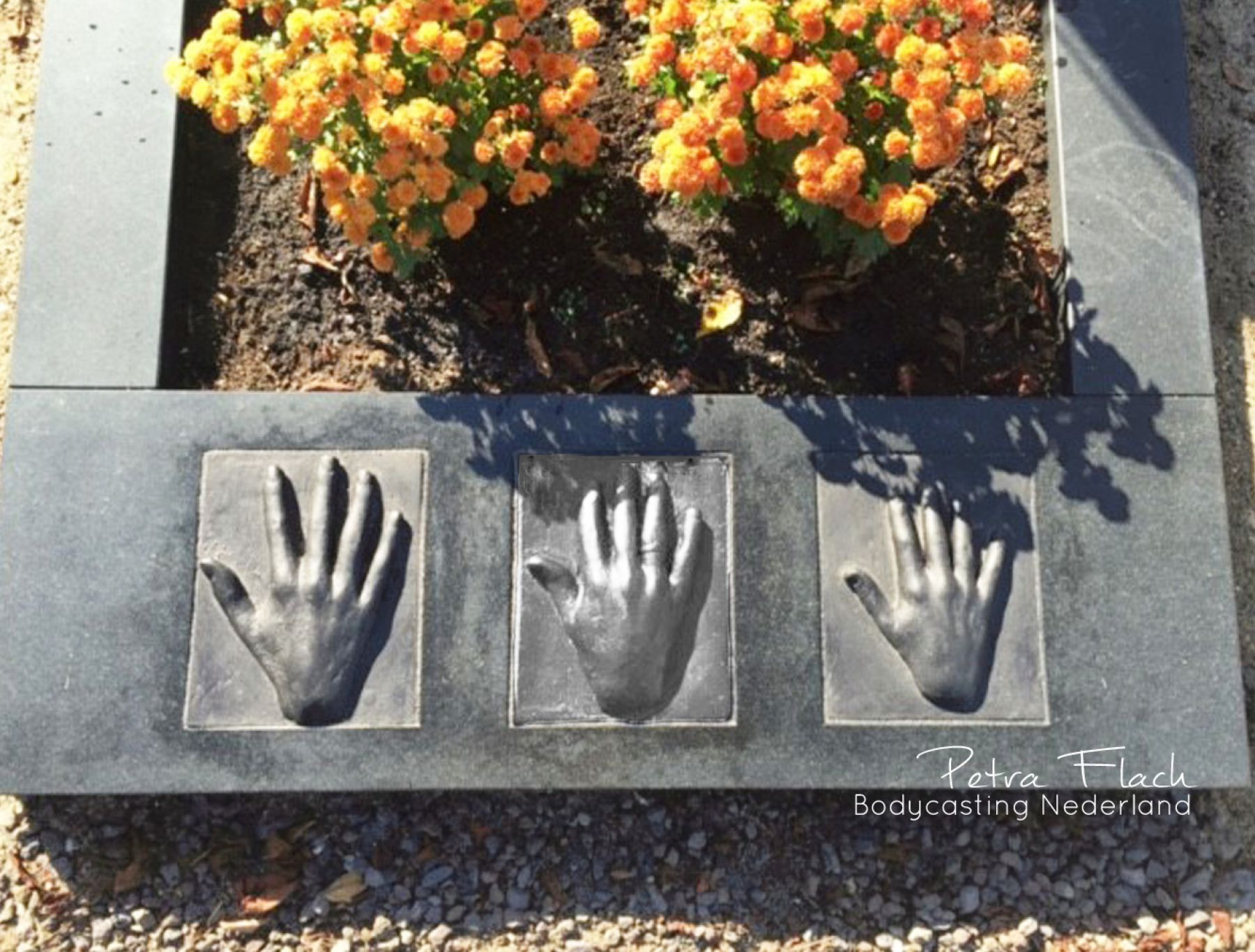 Bodycasting, lifecasting, handbeeld op graf, rouw en afscheid, dood, overledene 3d vereeuwigen, overleden dierbare beeld, hanbeeld, handafdruk, vereeuwigen, afscheid, dood, 3d handbeeld 2.jpg