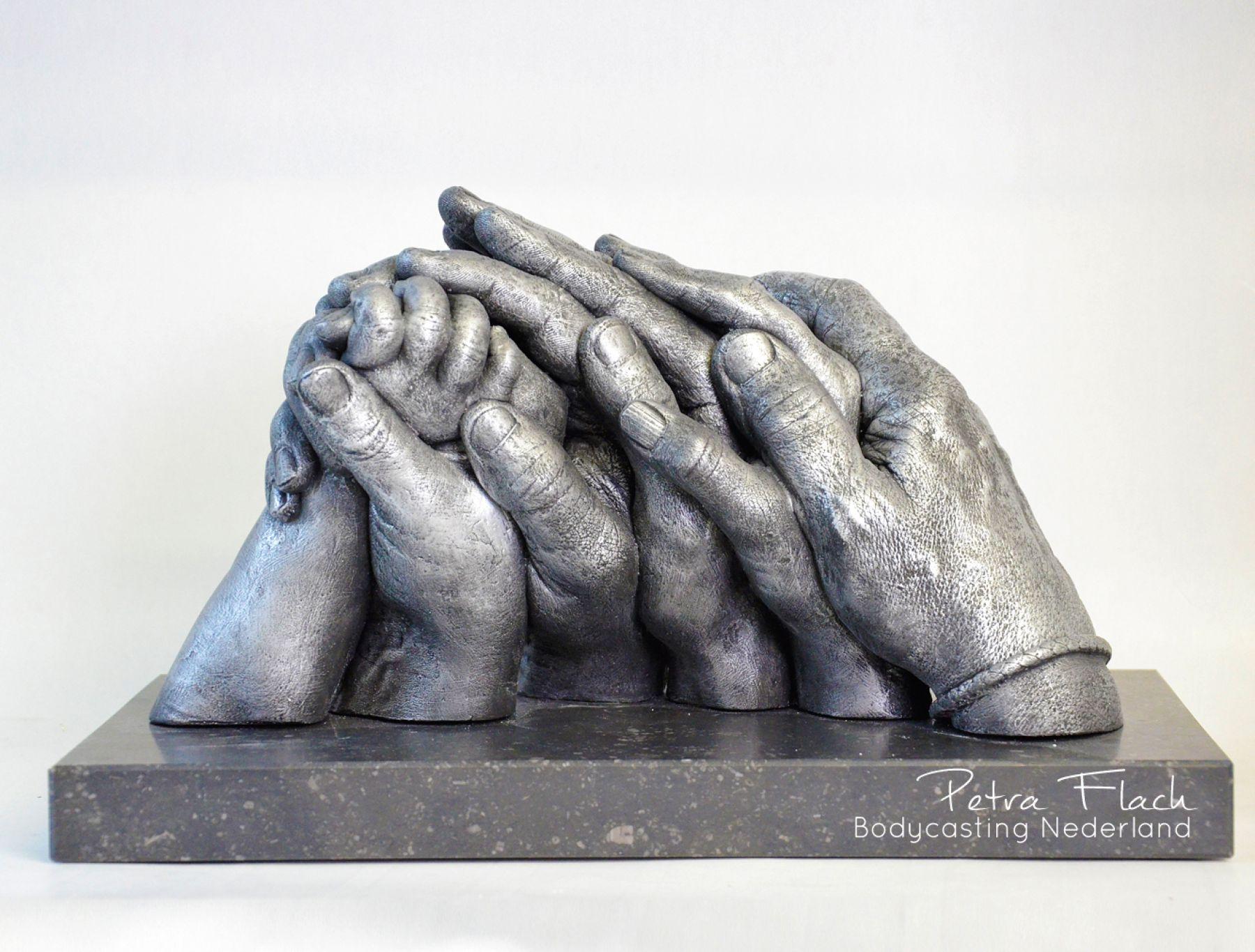 Bodycasting-handbeeld-handen-lifecasting-familie-liefde-reeuwijk-gouda-3D-beeld-petraflach-gezinsbeeld-familiebeeld