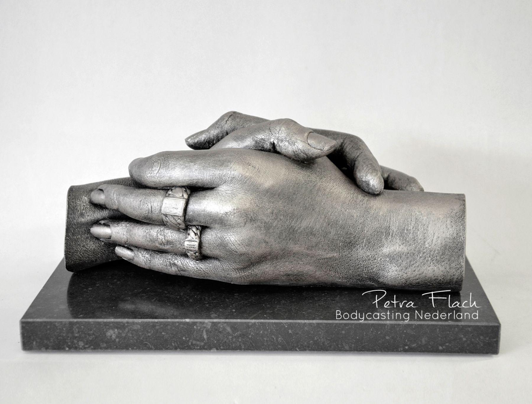 Bodycasting-lifecasting-beeld-handen-3D-handafdruk-kunst-petraflach-ringen-liefde-love-art-bodycastingnederland-kunstwerk-hands