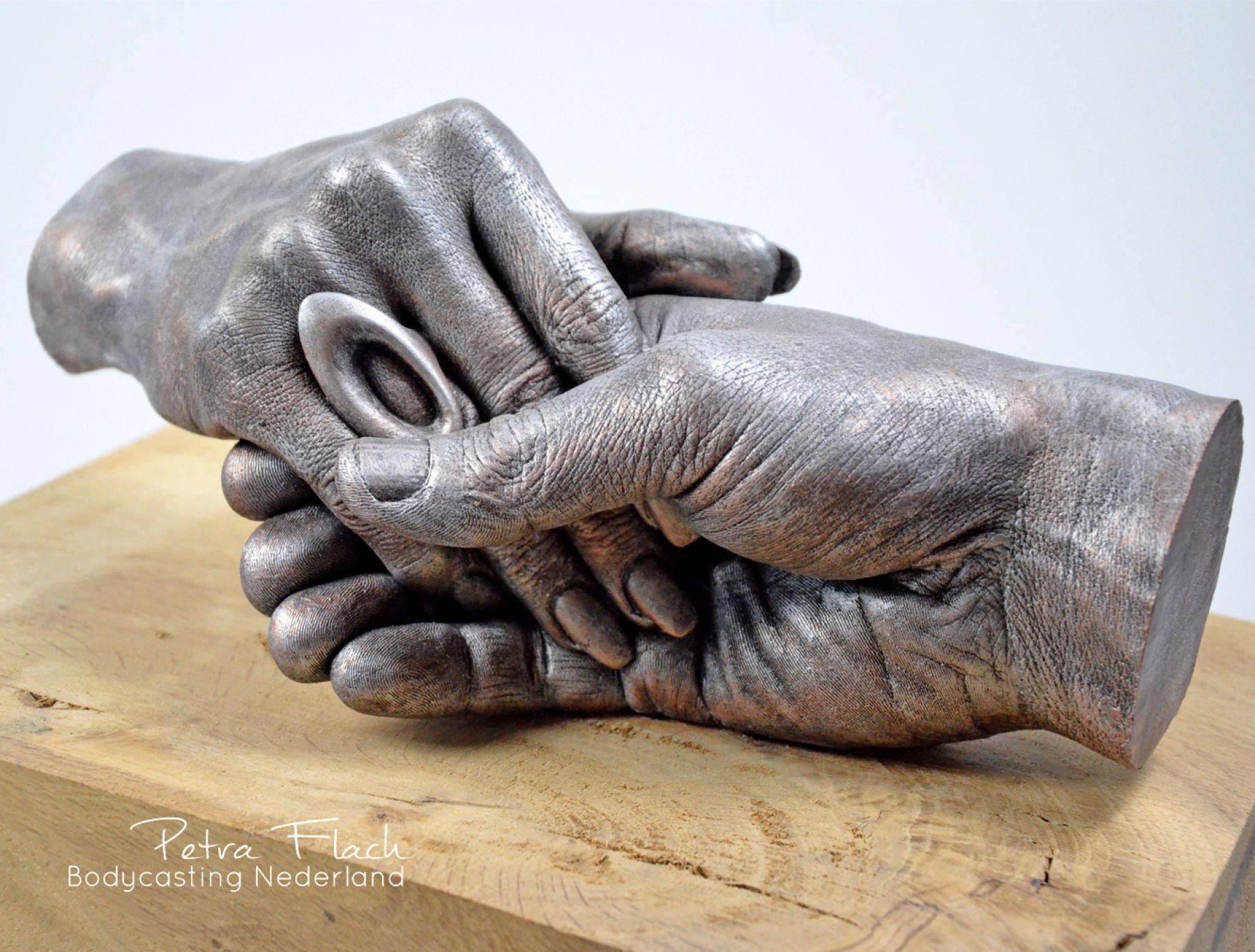 Bodycasting-lifecasting-petraflach-handgreep-handen-hands-3D-casting-kunst-art-liefde-bodycastingnederland-handbeeld-handafdruk-gipsafdruk