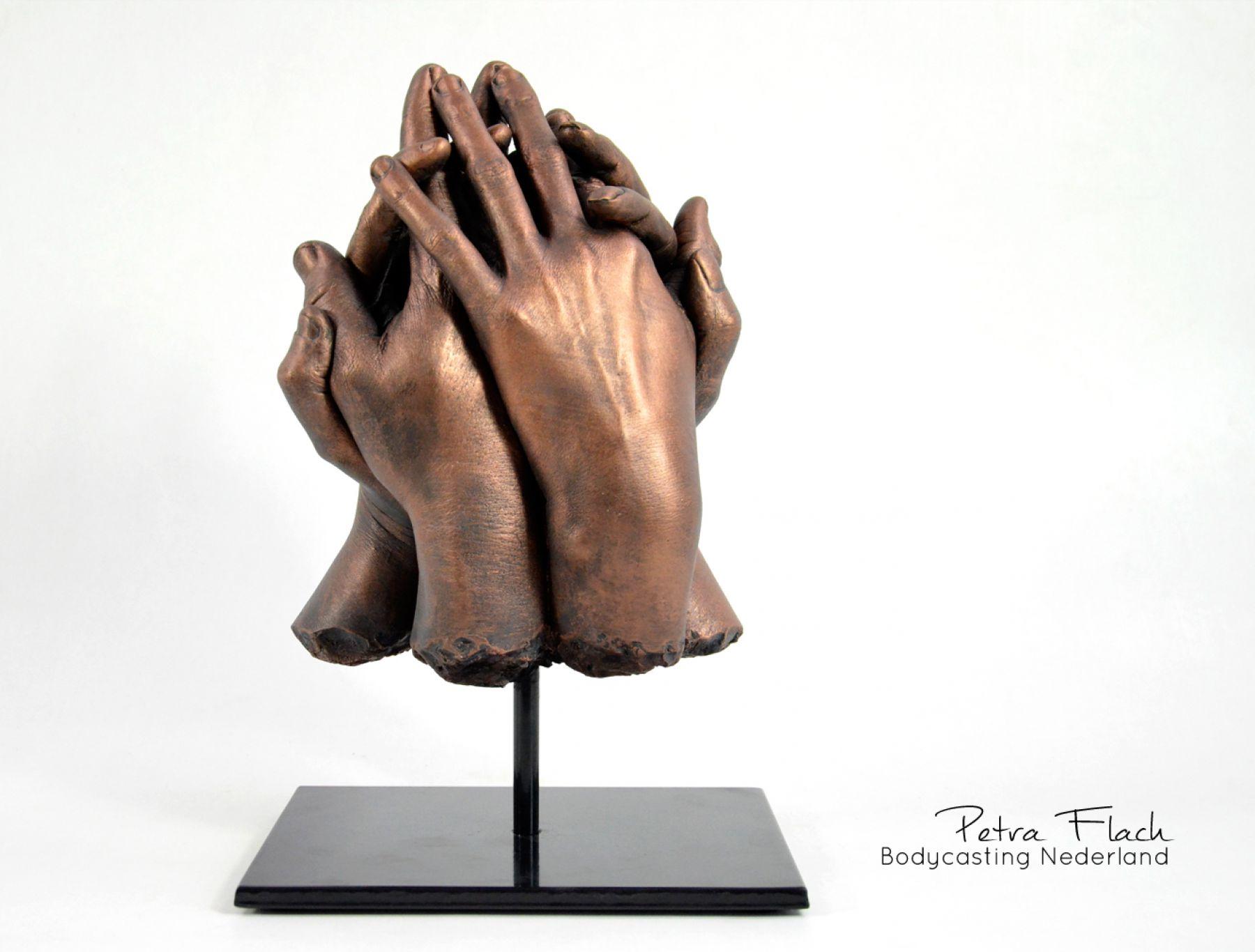 Handen-handbeeld-hands-brons-bronze-sculpture-kunst-art-petraflach-reeuwijk-beeldendekunst-gips-handenkunst-lichaamskunst-creativiteit