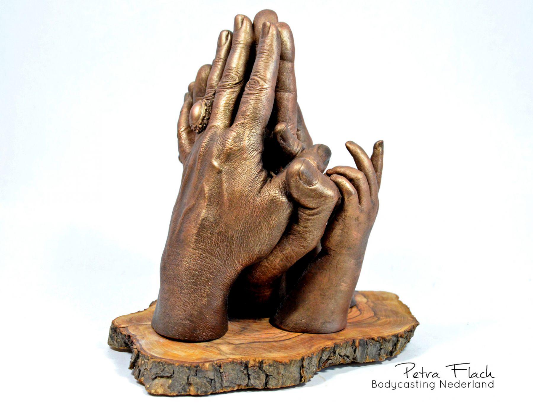 Bodycasting-lifecasting-handbeeld-familie-familiebeeld-gezinsbeeld-handen-hands-handenkunst-art-petraflach-reeuwijk-bodycastingnederland