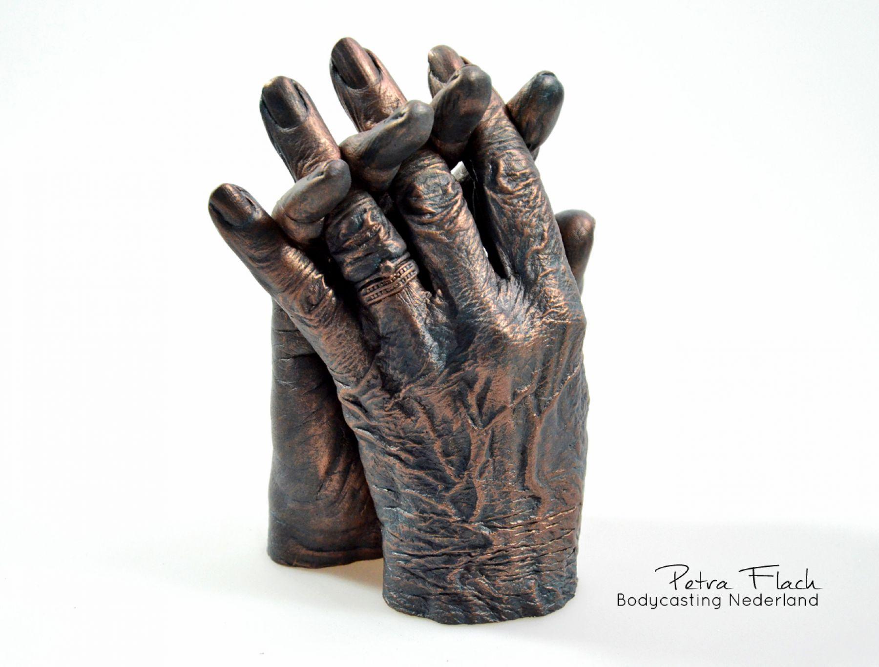 Bodycasting-lifecasting-handbeeld-liefde-afscheid-handen-beeld-3D-casting-handafdruk-handkunst-art-petraflach-bodycastingnederland