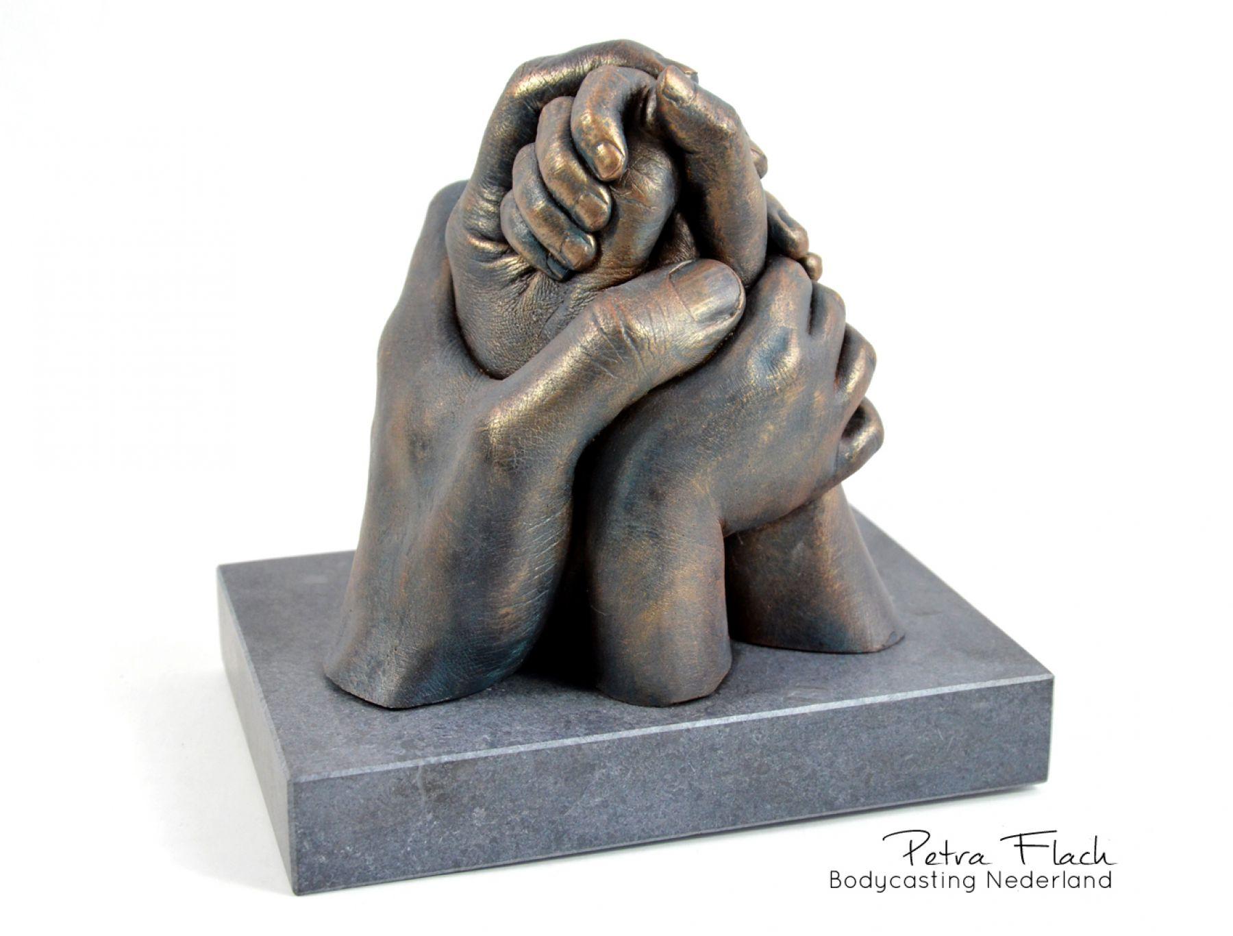 Bodycasting-lifecasting-handbeeld-gezinsbeeld-familiebeeld-familie-gezin-kunst-art-handenafdruk-handenkunst-petraflach-afscheidsbeeld-afscheid