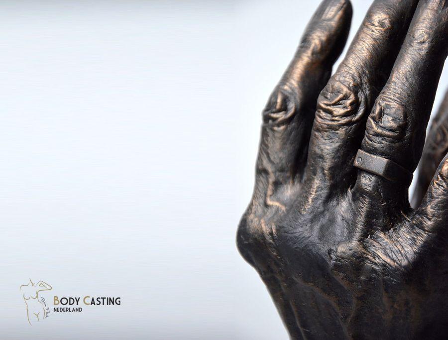 Beeld van hand gegoten in echt brons_creatie door Bodycasting Nederland in Bodegraven_lifecasting_handbeeld_kunstwerk_sculpture