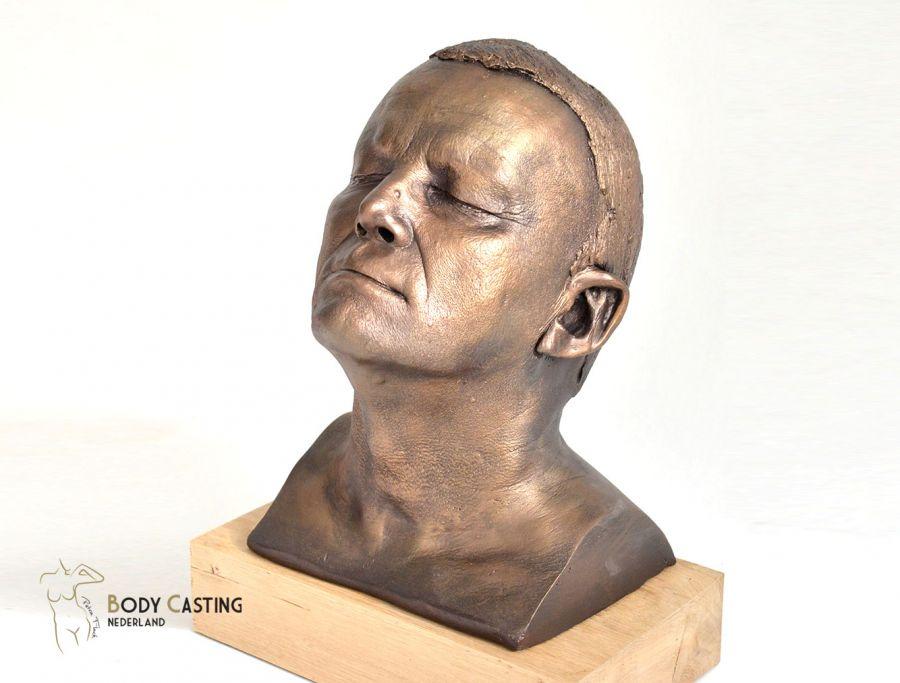 Borstbeeld gekleurd in brons en geplaatst op eikenhouten sokkel_bodycasting_en_lifecasting_sculpture_hoofd_gezicht